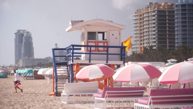 tropical beach in florida, pan left - cabina del guardaspiaggia video stock e b–roll