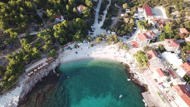 vídeos y material grabado en eventos de stock de tropical beach in hvar, tilt up aerial - cultura croata