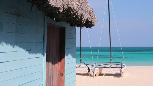 vídeos de stock e filmes b-roll de tropical beach landscape, cayo coco, cuba - cabana estrutura construída