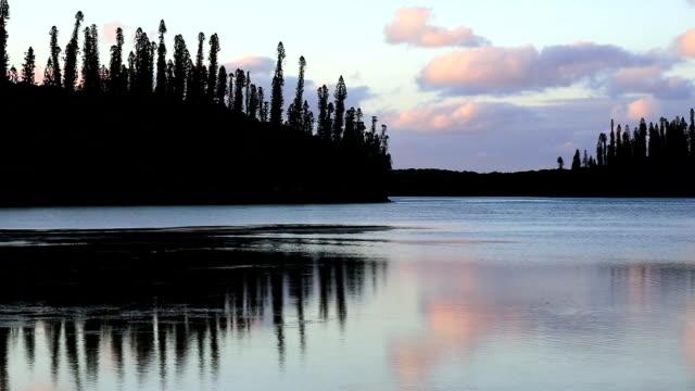 vidéos et rushes de paradis tropical au coucher du soleil, île des pins, nouvelle-calédonie - océan pacifique