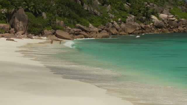 vídeos y material grabado en eventos de stock de ws tropical beach / seychelles - personas en el fondo