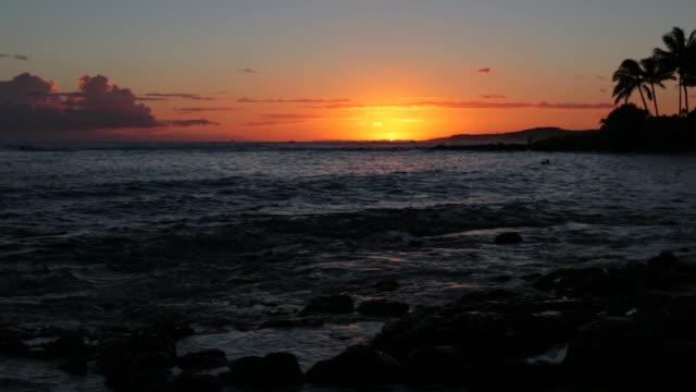 Tropisch strand zonsondergang in Kauai, Hawaï