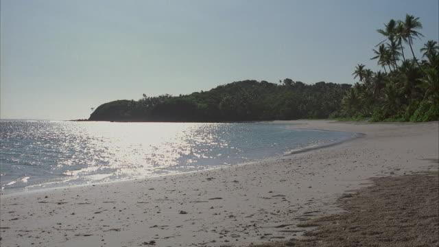 vidéos et rushes de ws tropical beach - angle de prise de vue