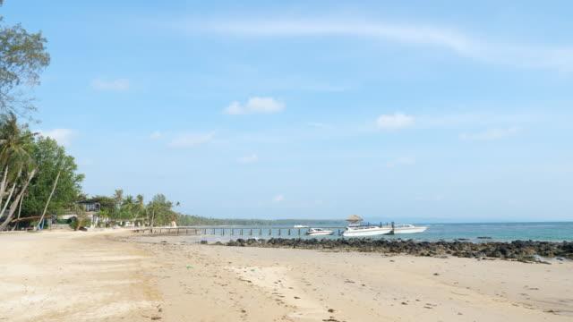 vídeos y material grabado en eventos de stock de playa tropical con embarcación, isla tropical - inmóvil