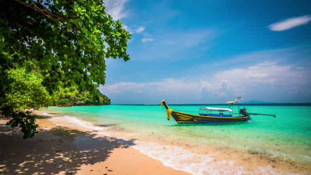 tropical beach mit longtail-boot - phi phi inseln in thailand - inselgruppe phi phi stock-videos und b-roll-filmmaterial