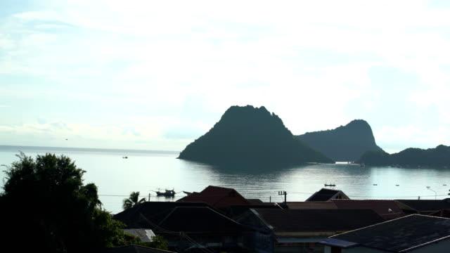 Tropischer Strand mit Palmen und Boot