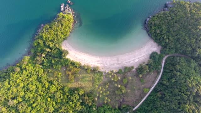 Playa tropical con luz del sol, video aéreo, tiró encima de la cabeza