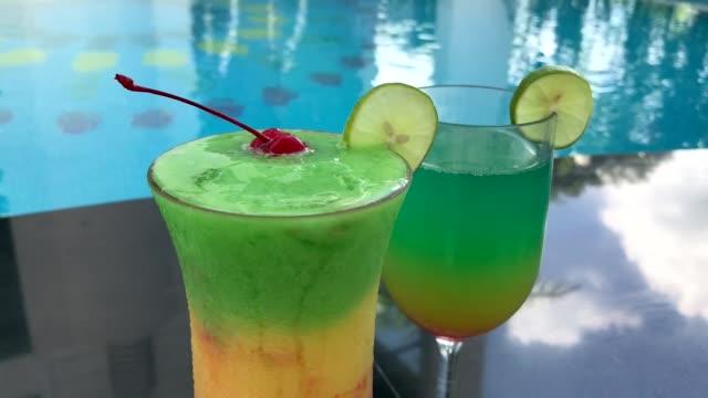 stockvideo's en b-roll-footage met tropische cocktail - tropische drankjes