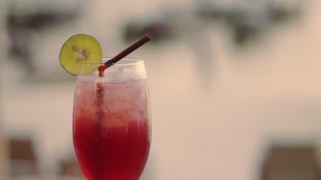 vídeos y material grabado en eventos de stock de cócteles tropicales en el bar de la playa puesta del sol - daiquiri