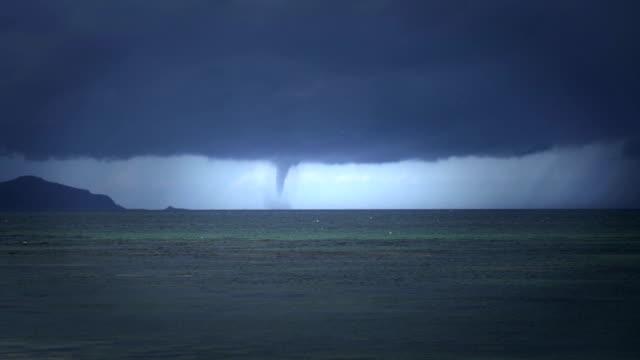 vídeos de stock, filmes e b-roll de ciclone tropical visto da praia - assustador
