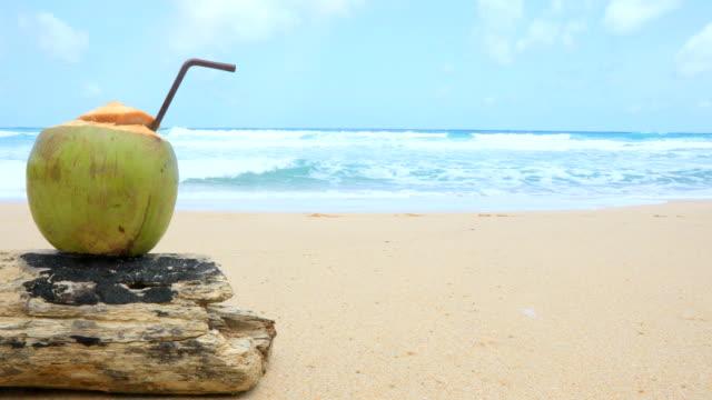 stockvideo's en b-roll-footage met tropische verse kokosnoot cocktails in strand café op phuket thailand, 4k. - helder
