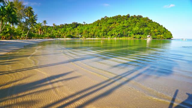 vídeos de stock e filmes b-roll de tropical holiday island. beach. sea. morning - mar de andamão
