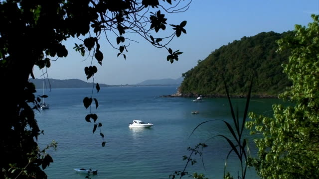 vídeos de stock, filmes e b-roll de ilha tropical bay-zoom - acampamento de férias