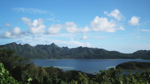 vidéos et rushes de tropical island panorama - île d'huahine