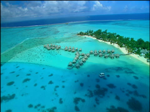 vídeos y material grabado en eventos de stock de tropical islands and atolls surrounded by clear turquoise blue waters jetty's and beach huts on stilts over water french polynesia - territorios franceses de ultramar