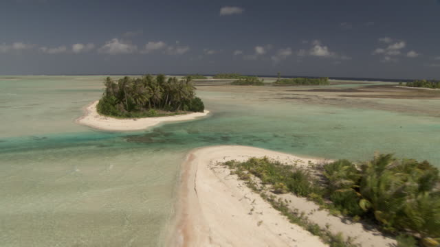 vídeos de stock, filmes e b-roll de tropical islands, reefs and shallow lagoons, rangiroa, french polynesia - atol