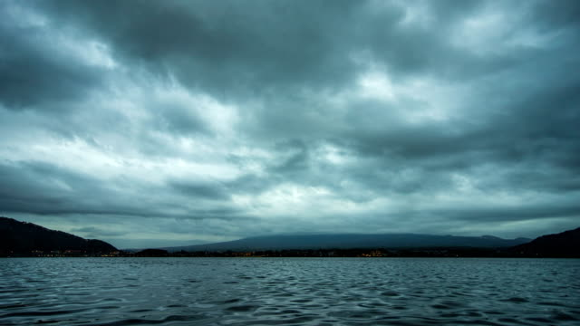 tropischer see mit cloudy sky, time lapse video - hd format stock-videos und b-roll-filmmaterial
