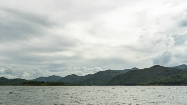 vídeos de stock e filmes b-roll de tropical lake with cloudy sky, time lapse video - árvore tropical