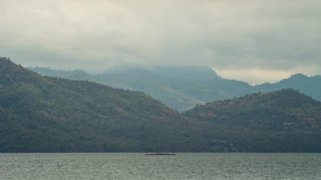 tropische see mit grüneberg hintergrund, zeitraffer-video - hd format stock-videos und b-roll-filmmaterial