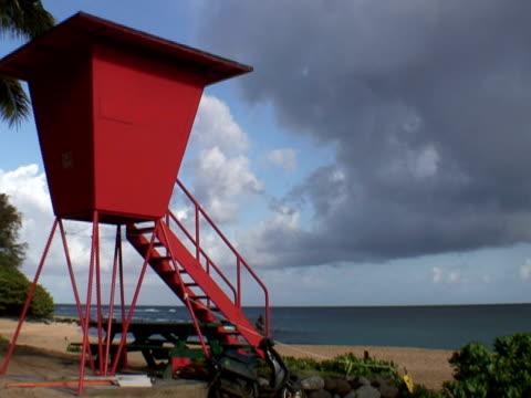 arancio tropicale lifesaver beach tower - cabina del guardaspiaggia video stock e b–roll