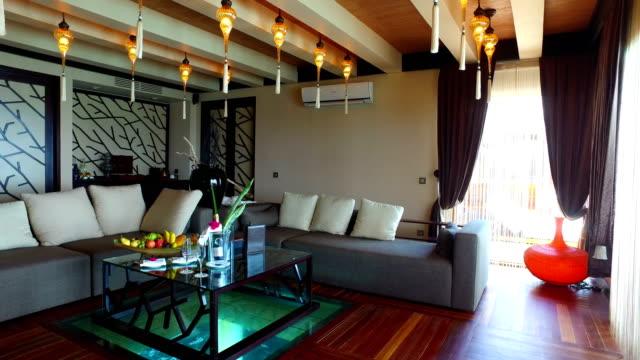 熱帯の楽園、モルディブ - 綾田島で贅沢な休日 - ホテルルーム点の映像素材/bロール