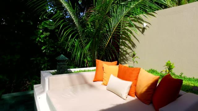 tropisches paradies, luxus-urlaub auf den malediven-ayada insel - terrasse grundstück stock-videos und b-roll-filmmaterial