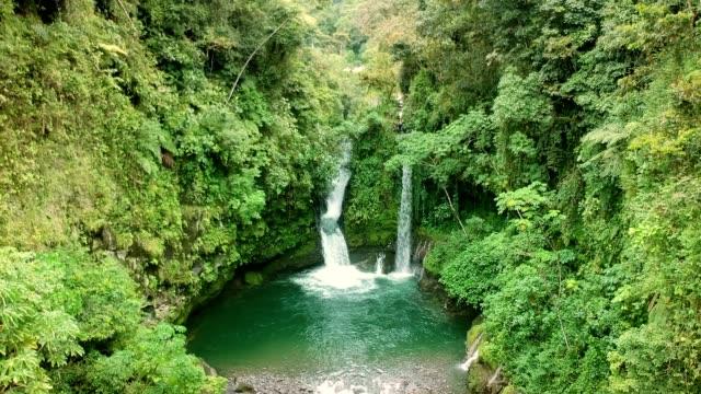 Tropischer Regenwald mit verstecktem Wasserfall. Luftaufnahme