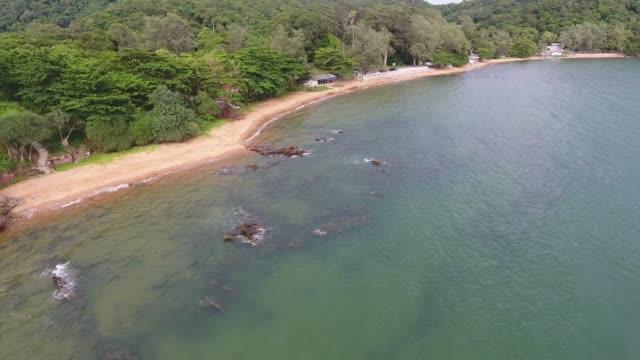 tropischen meer und strand mit wellen brechen, aerial video - klammer stock-videos und b-roll-filmmaterial