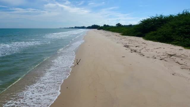vidéos et rushes de tropical mer et plage avec vague brisant dans beautiful day, vidéo aérienne - pince à papier