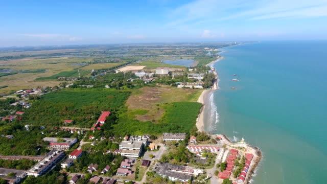tropischen meer und strand mit welle bricht in schöner tag, aerial video - klammer stock-videos und b-roll-filmmaterial