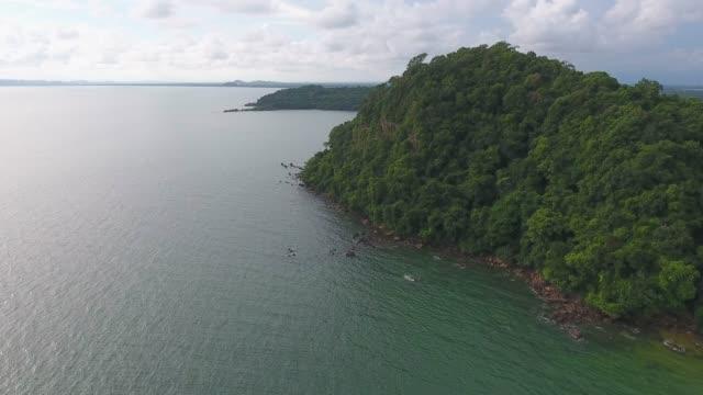 vidéos et rushes de tropical mer et l'île avec la vague de la rupture, vidéo aérienne - pince à papier