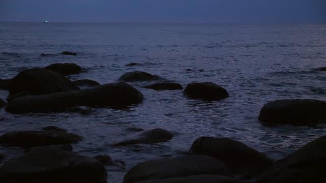 tropiska havet och rock på stranden i skymningen - andamansjön bildbanksvideor och videomaterial från bakom kulisserna