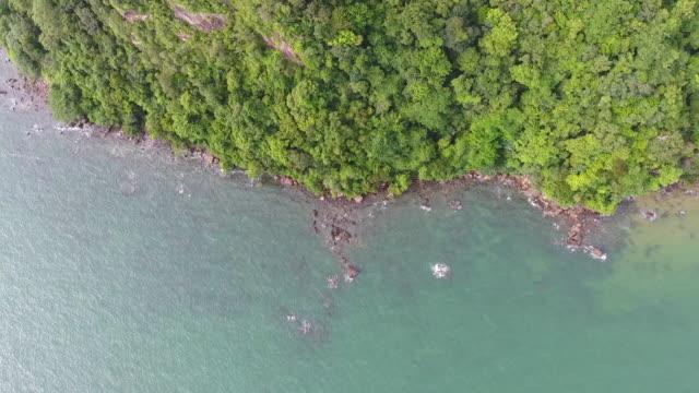 tropischen meer und felsstrand mit welle brechen, top luftbild - klammer stock-videos und b-roll-filmmaterial