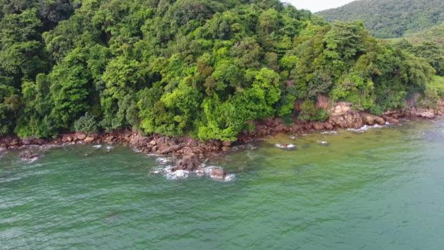 vidéos et rushes de tropical mer et plage avec la vague de la rupture, vue aérienne - pince à papier