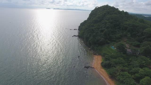 vidéos et rushes de tropical mer et plage blanche avec la vague de la rupture, vidéo aérienne - pince à papier