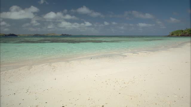 vidéos et rushes de ws tropical sea - angle de prise de vue