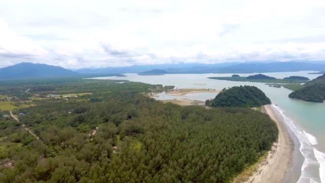tropischen meer mit wellen brechen in schöner tag, aerial video - klammer stock-videos und b-roll-filmmaterial