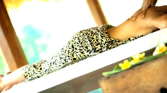 tropical spa therapeutic massage at tropical spa bali - spa treatment点の映像素材/bロール