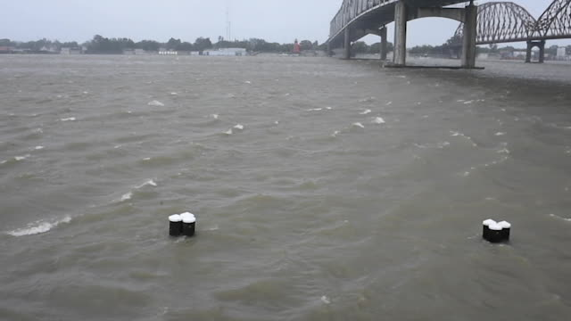 vidéos et rushes de tropical storm barry makes landfall in morgan city, louisiana as a catagory 1 hurricane there is a fear that the storm will cause mass flooding... - gulf coast states