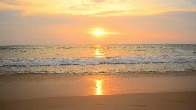 Tropischen Strand bei Sonnenuntergang