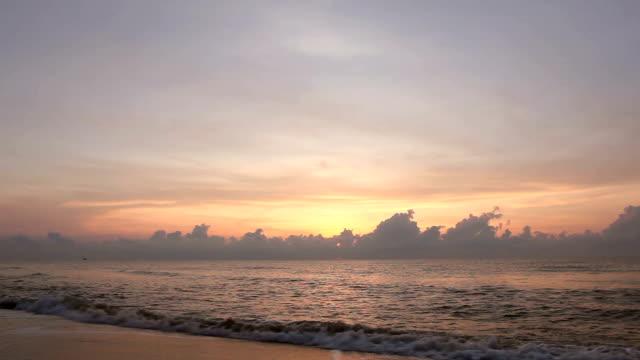 vídeos y material grabado en eventos de stock de tropical playa puesta de sol (hua hin) - mckyartstudio