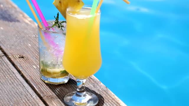 vídeos y material grabado en eventos de stock de vacaciones tropicales con cócteles - cóctel tropical