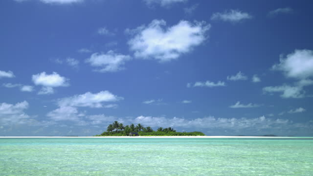 vidéos et rushes de ws, tropical water with island in distance, aitutaki lagoon, aitutaki, cook islands - lagon