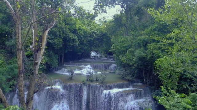 vídeos de stock, filmes e b-roll de cachoeira na floresta tropical - cascata