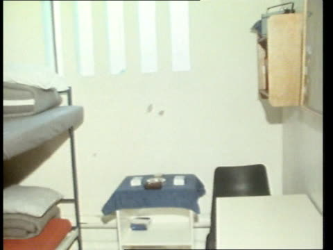 vidéos et rushes de troubles backgrounder; northern ireland: maze prison *text ovarlaid throughout story* tilt dirty wall clean cell bv warder along and checks cell... - irlande du nord