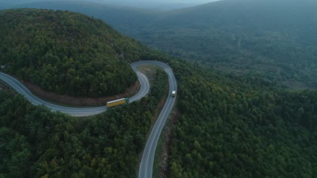 lkw und fahrzeuge auf der straße - winding road stock-videos und b-roll-filmmaterial