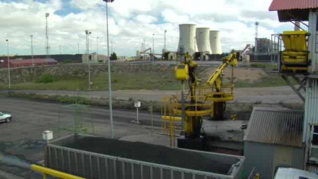 vídeos y material grabado en eventos de stock de ms truck arriving at coal power plant and machine taking sample of coal they bring into / teruel, spain - comunidad autónoma de aragón