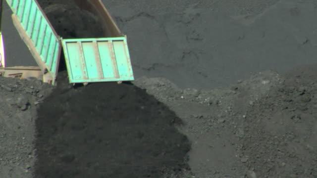 vídeos y material grabado en eventos de stock de ms truck coal falling down at pile / teruel, spain - comunidad autónoma de aragón