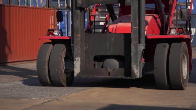 controllo camion carico scatola container dalla spedizione merci cargo - box container video stock e b–roll