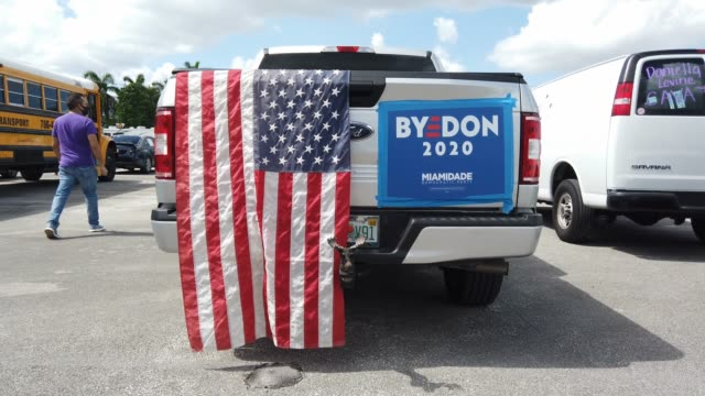 """truck decorated with an american flag and a campaign poster that reads """"bye don 2020"""" waits in a caravan during an event for democratic presidential... - val evenemang bildbanksvideor och videomaterial från bakom kulisserna"""